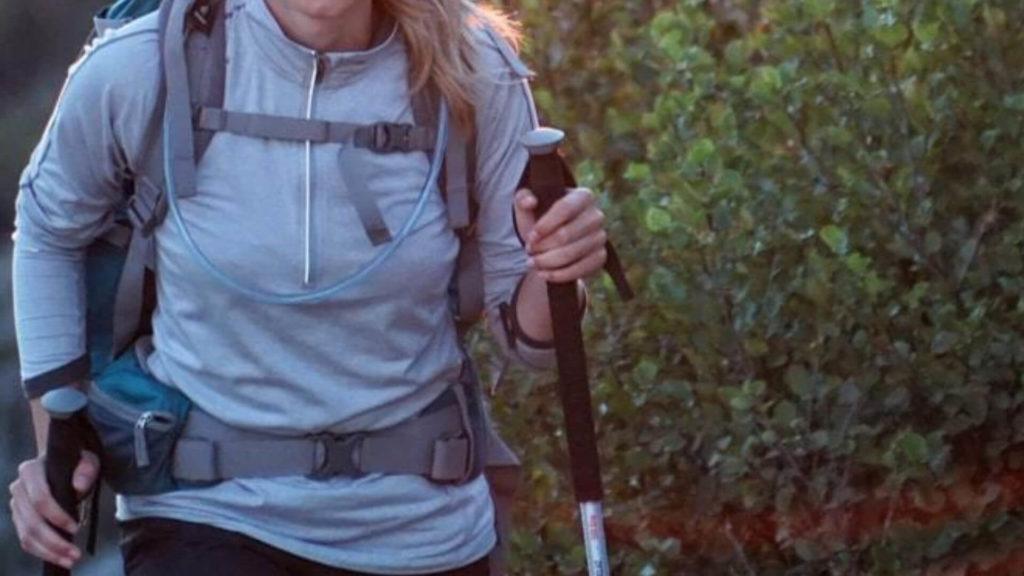 mujer-con-bastones-de-trekking