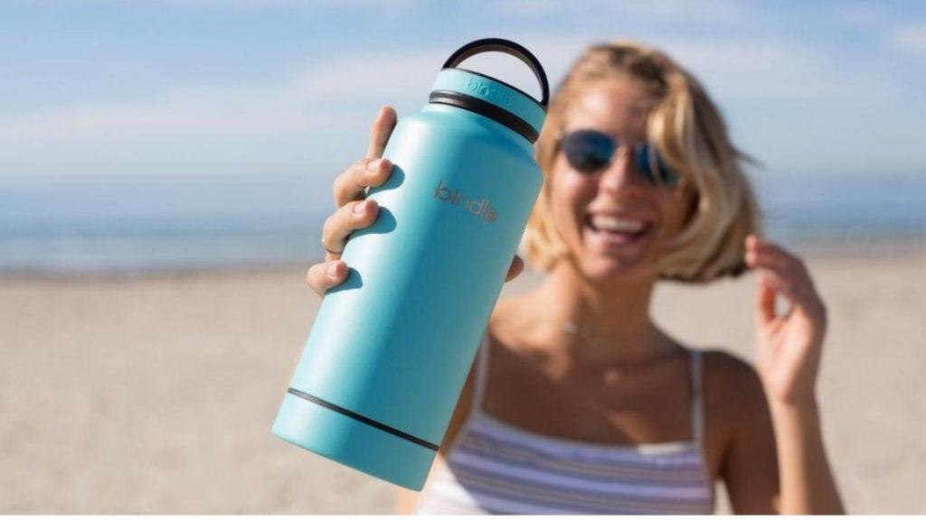 mujer-con-botella-de-agua-térmica