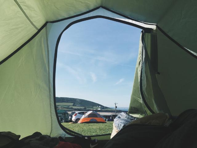 durmiendo-en-interior-de-tienda-de-camping