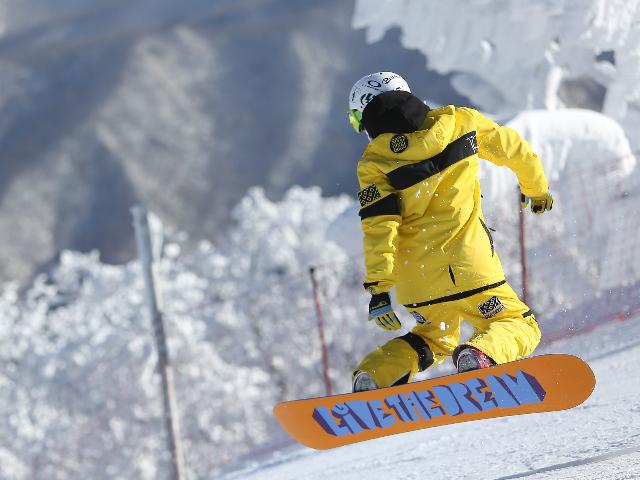 hombre-saltando-en-snowboard