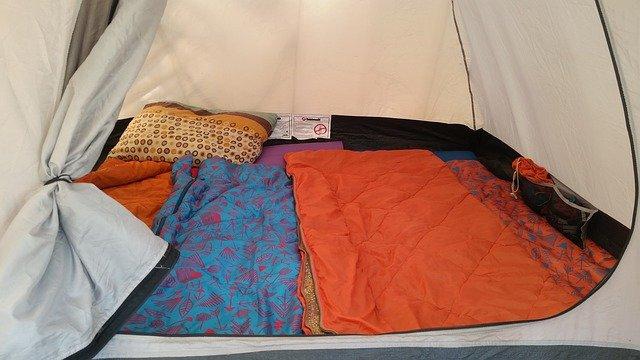 sacos-de-dormir-en-tienda-de-camping