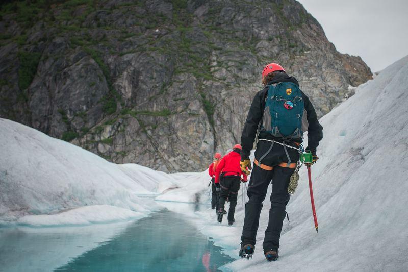 esquiadores-con-mochila-de-esqui